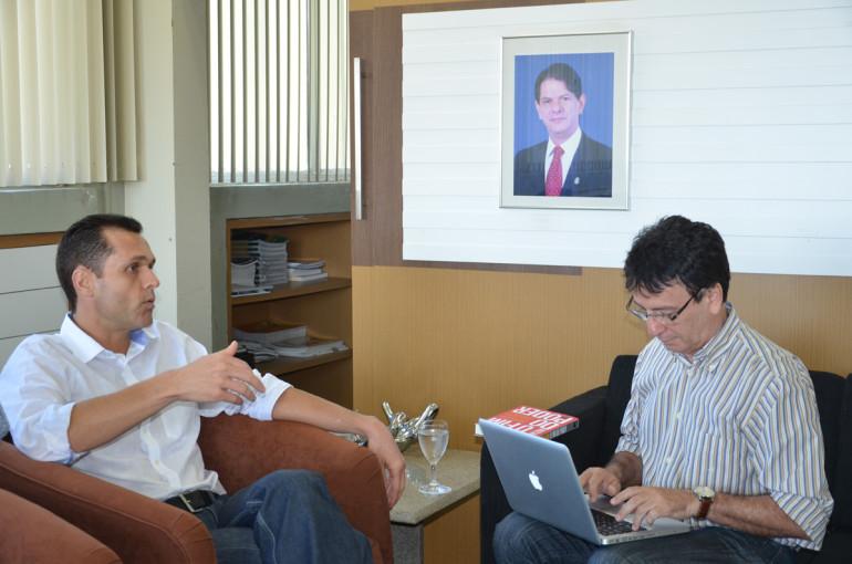 Eduardo Diogo recebe na SEPLAG o jornalista Francílio Dourado