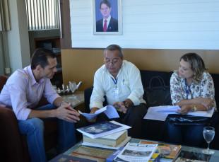 Secretário Eduardo Diogo recebe o supervisor de pesquisa do IBGE, Antonio Amora, e a técnica em pesquisa, Liduína Santos