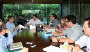 O governador Cid Gomes durante a reunião com os secretários Eduardo Diogo, Mariana Lobo, Francisco Rennys, Maurício Holanda e Ferruccio Feitosa, além do superintendente do DER, Sérgio Azevedo