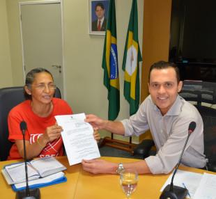 Secretário Eduardo Diogo entrega cópia do Decreto de Assédio Moral à coordenadora do Fuaspec, Eliene Uchoa