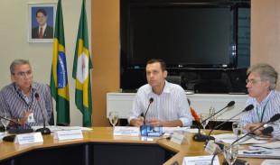 O secretário Eduardo Diogo entre os secretários adjuntos Marcos Coelho, da Fazenda, e Mário Fracalossi, das Cidades