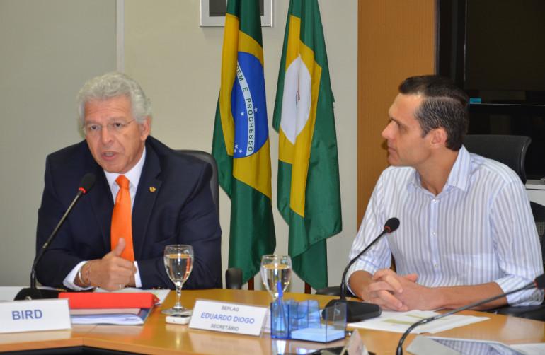 Eduardo Diogo observa a exposição do coordenador geral de Operações do Banco Mundial no Brasil, Boris Utria