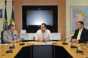 Secretário Eduardo Diogo fala observado pelos dirigentes da Caixa, Antonio Carlos Franci, e do Bradesco, André Ferreira Gomes