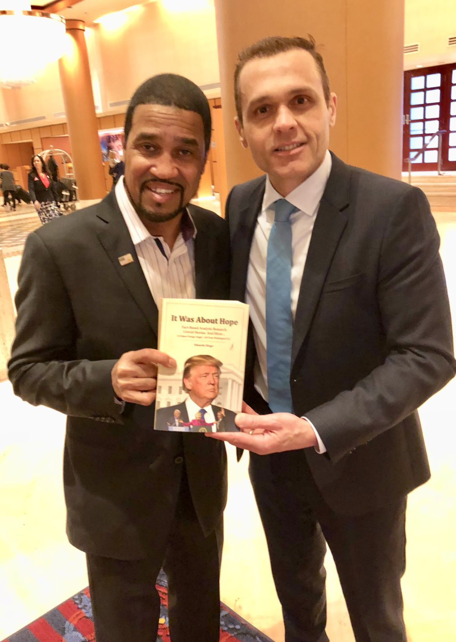 With Pastor Darrell Scott, Member of President Trump's Executive Transition Team *** Com o Pastor Darrell Scott, Membro da Equipe de Transição do Presidente Donald Trump