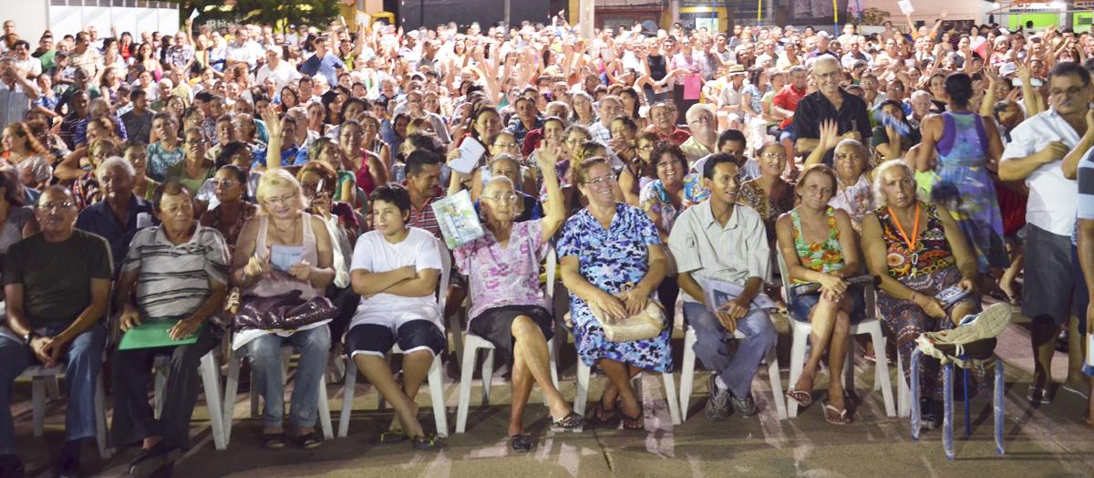 Mais de mil mutuários lotam a Praça do Conjunto Ceará