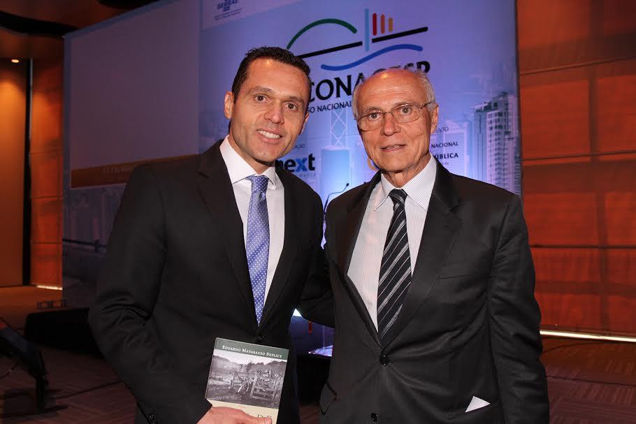 Secretário recebe livro do senador Eduardo Suplicy