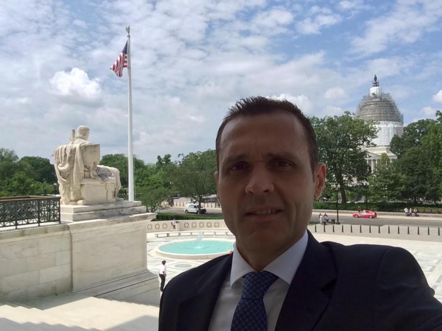 Foto 6. No alta das escadarias de entrada à Suprema Corte, com a cúpula do Congresso Nacional (U.S. Capitol) ao fundo - passando por reforma.