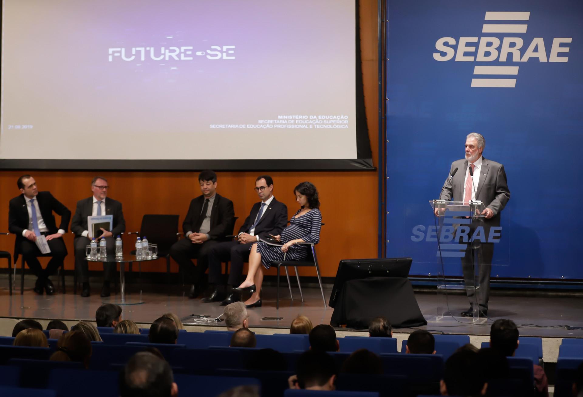 Secretário do MEC apresenta o Future-se a colaboradores
